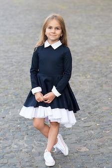 Элегантность, которой вы заслуживаете. маленький ребенок носит форменную одежду на открытом воздухе. снова в школу моды. модный вид маленькой девочки. школьный дресс-код. 1 сентября. формальное образование. модные тенденции осени.