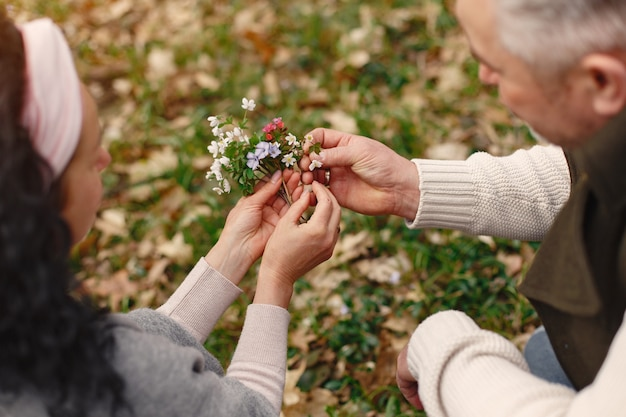 봄 숲에서 우아한 성인 커플
