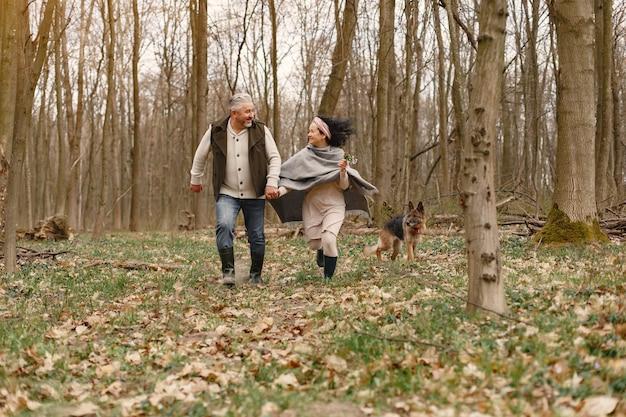 Элегантная пара взрослых в весеннем лесу