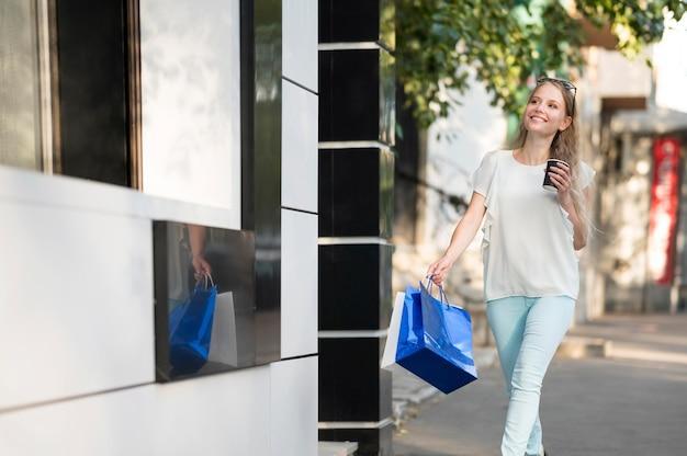エレガントな大人の女性が買い物袋を運ぶ