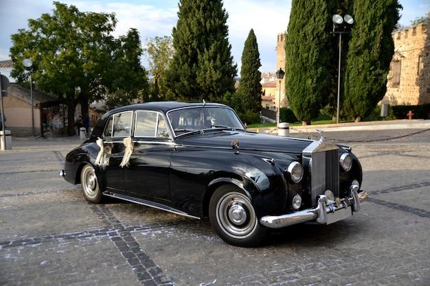 結婚式のためのエレガントでクラシックな黒い車