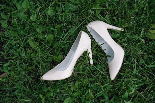 우아하고 세련된 신부 신발.