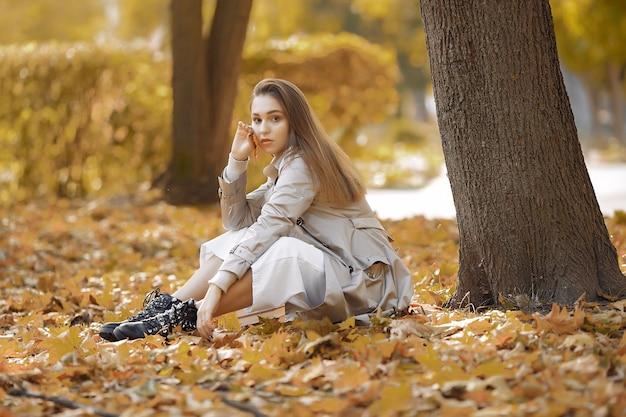 Элегантная и стильная девушка в осеннем парке