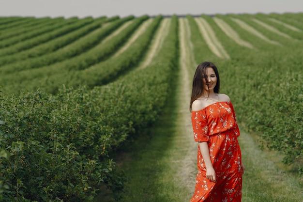 Элегантная и стильная девушка в летнем поле