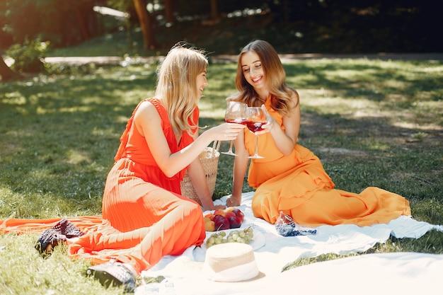 Элегантные и стильные девушки в летнем парке