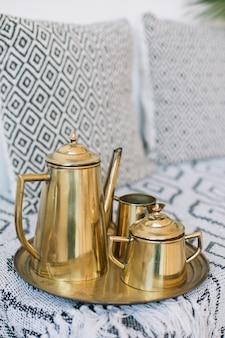 コーヒーポットとシュガーボウルとトレイがセットになったエレガントなアンティークゴールデンコーヒー