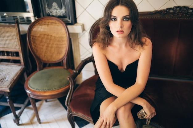 검은 벨벳 드레스, 이브닝 가운, 풍부한 세련된 여성, 우아한 패션 트렌드, 섹시한 매혹적인 외모, 매력적인 스키니 인물의 빈티지 카페에 앉아 우아한 아름다운 여인