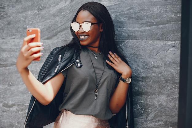 Элегантная черная девушка в летнем городе