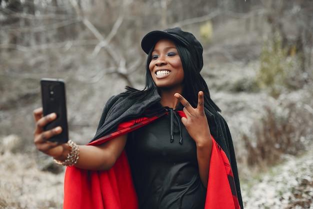 Элегантная черная девушка в зимнем парке