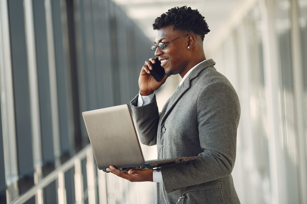 Элегантный черный человек в офисе