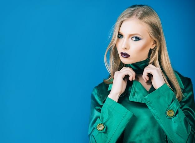 イブニングメイクと緑のスーツのエレガントなブロンドの女の子明るいメイクメイクモデルの女の子とメイクアップ