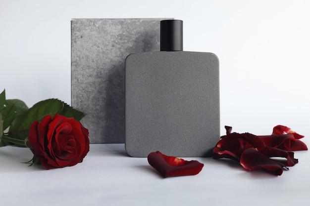 明るい背景に香水と花のエレガントなボトル。