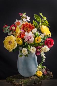 Элегантный букет цветов в вазе на черном пространстве в темном стиле, цветочный натюрморт