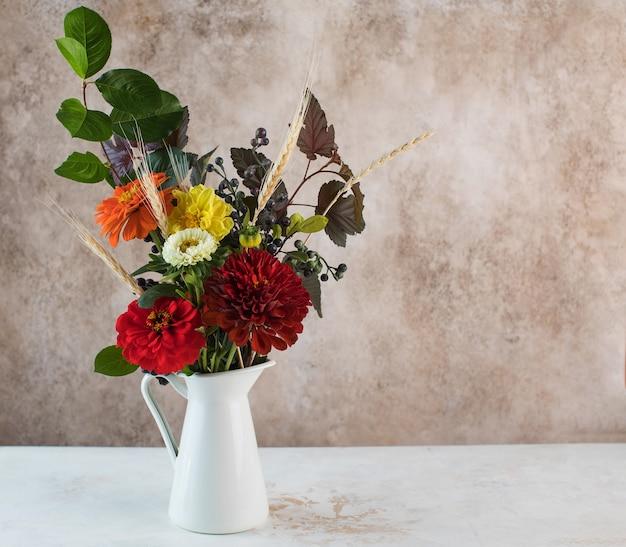 テーブルのコピースペースに小穂と生花のエレガントな花束