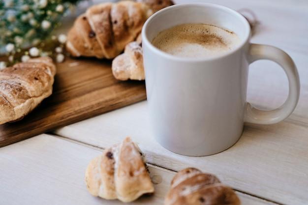 Элегантный завтрак с кофе и круассанами