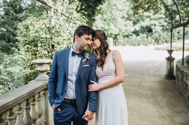 우아한 신부와 신랑 결혼식 날 야외에서 함께 포즈