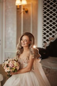 Элегантная невеста с закрытыми глазами, стильная молодая женщина в свадебном платье, красивая женская модель с ...