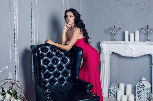 세련 된 드레스에 우아한 갈색 섹시 한 여자입니다. 붉은 입술 화장과 매력적인 여자 모델