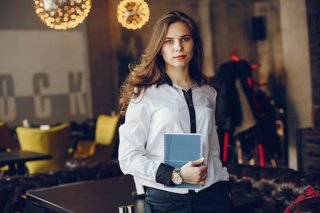 Элегантная девушка бизнес с ноутбуком