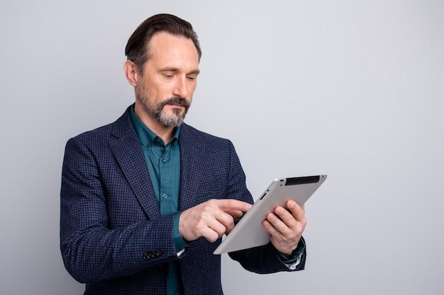 우아한 비즈니스 남자 남자 손을 잡고 디지털 전자 책 태블릿 브라우징