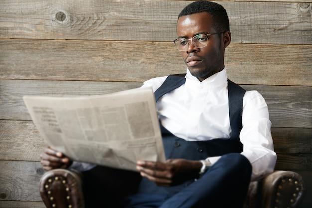 Элегантный бизнесмен, читающий газету