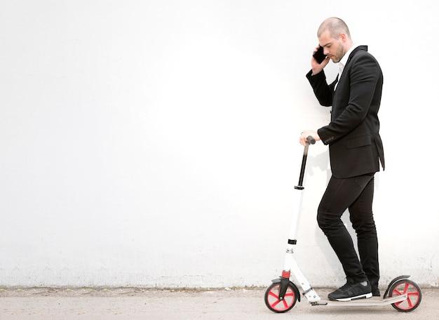 Uomo d'affari elegante che parla al telefono