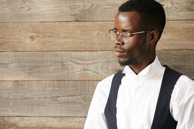 スタイリッシュな眼鏡を身に着けているエレガントなビジネスマン