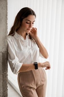그녀의 smartwatch보고 우아한 사업가