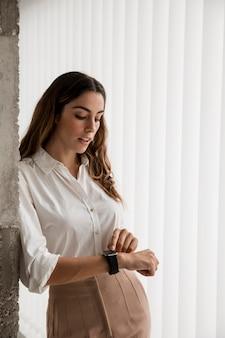 Elegante imprenditrice con smartwatch