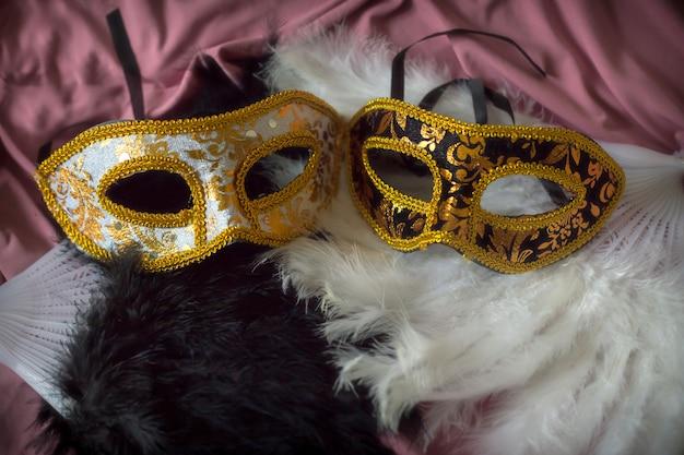 マスクと羽の楽しいエレガントなカーニバルの背景
