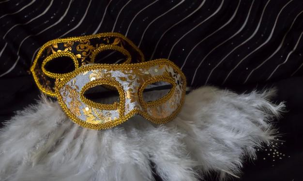マスクと羽を持つエレガントなカーニバルの背景