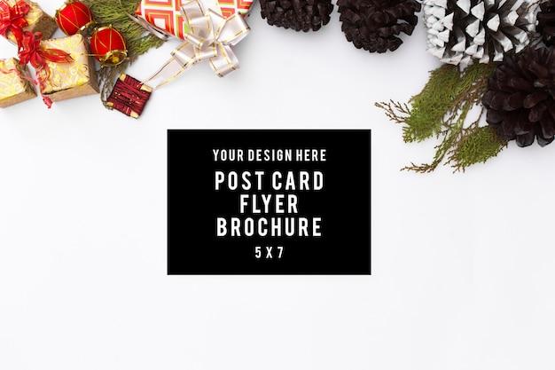 우아한 크리스마스 배경입니다. 빈 카드, 펜 및 선물 및 d와 흰색 배경에 잉크