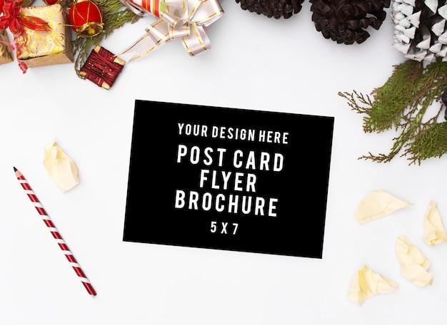 우아한 크리스마스 배경입니다. 빈 카드, 펜 및 선물 및 D와 흰색 배경에 잉크 프리미엄 사진