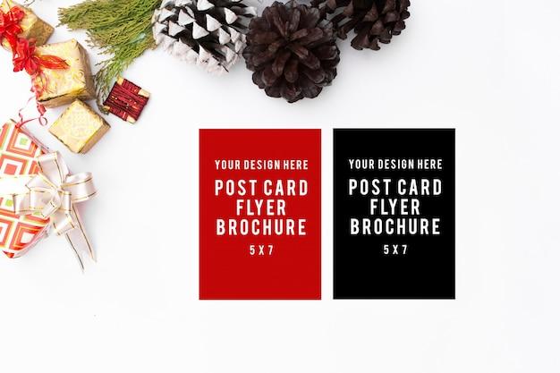 우아한 크리스마스 배경입니다. 빈 카드, 펜 및 잉크 흰색 배경 선물, 평면도, 공동