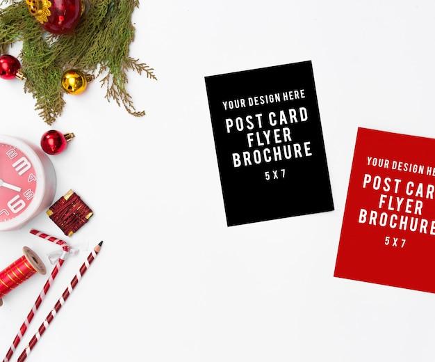 우아한 크리스마스 배경입니다. 빈 카드, 선물 및 장식, 평면도, 복사 공간