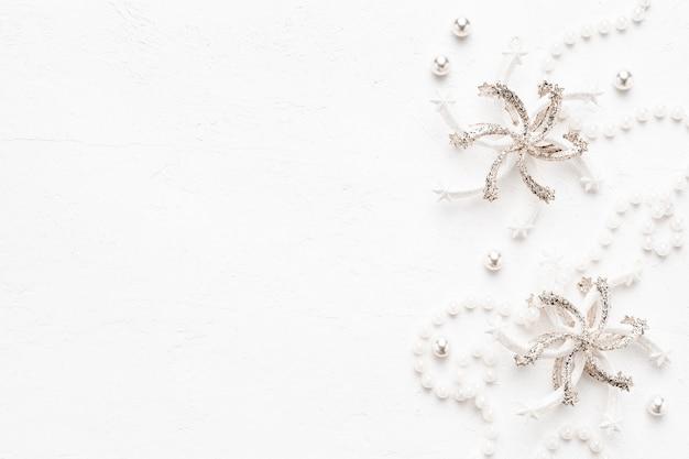 真珠と白のパステル装飾とエレガントなクリスマス背景