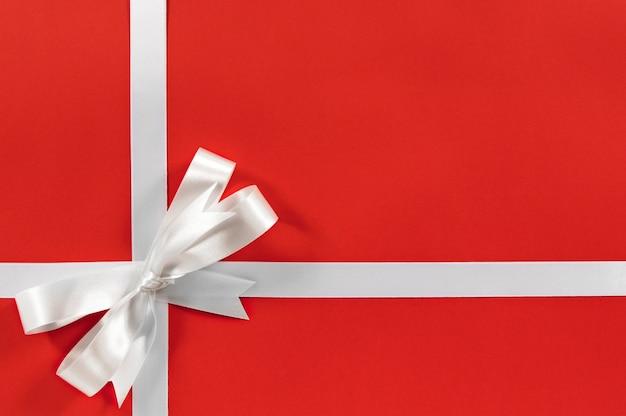 Sfondo regalo di natale con il nastro bianco