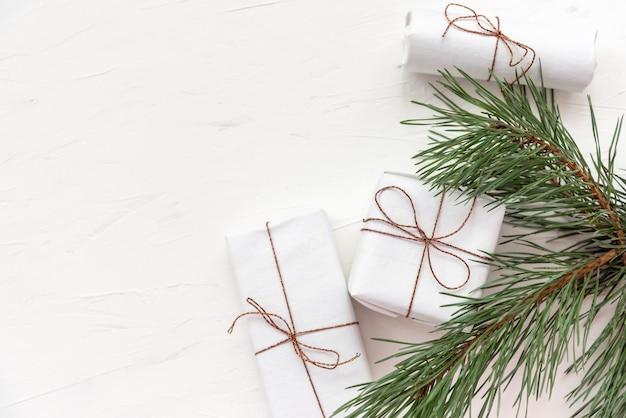 新鮮なモミの木の枝とエレガントなクリスマス休暇の構成