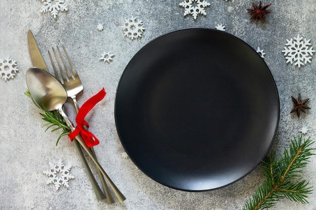 お祝いのテーブルにクリスマスの装飾が施されたエレガントなクリスマステーブルセッティングカトラリー上面図フラットレイ