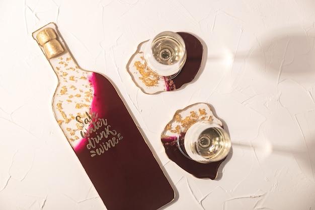 골드와 버건디 컬러의 에폭시 수지로 만든 안경 및 스낵을위한 우아한 컵 받침.
