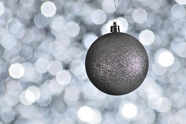 光の効果とボケ味のある空間にエレガントな色の新年とクリスマスボール。シルバー、白