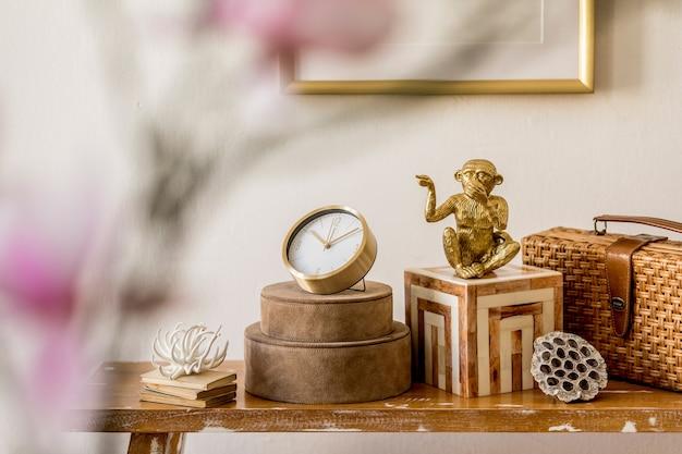 Элегантная композиция восточной комнаты с деревянным столом и элегантным шаблоном личных аксессуаров