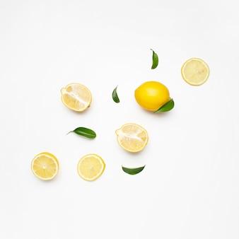 白い表面上のレモンのセットのエレガントな構成