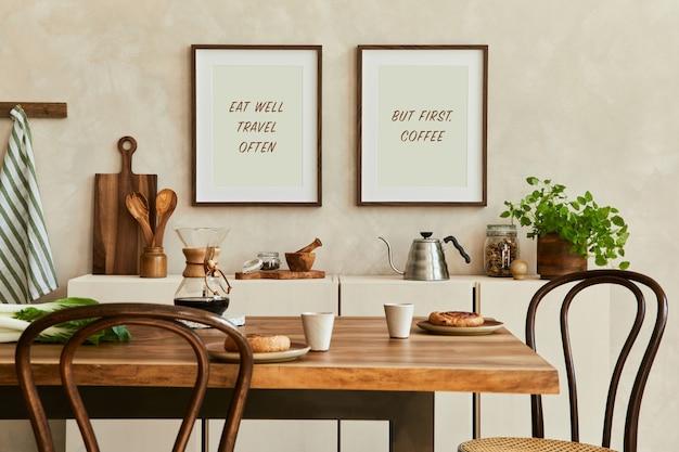 모의 포스터 프레임, 베이지색 사이드보드, 가족 식탁, 식물 및 빈티지 개인 액세서리가 있는 세련된 식당 내부의 우아한 구성. 공간을 복사합니다. 주형. 가을분위기.