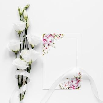 テーブルの上のエレガントな綿の枝