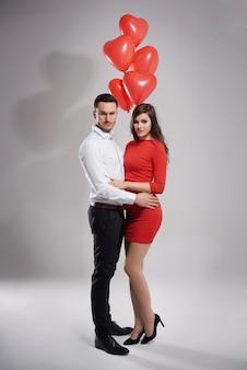 Элегантная пара позирует с воздушными шарами