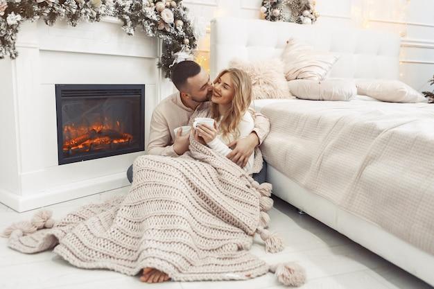 Элегантная пара, сидящая дома возле места жительства