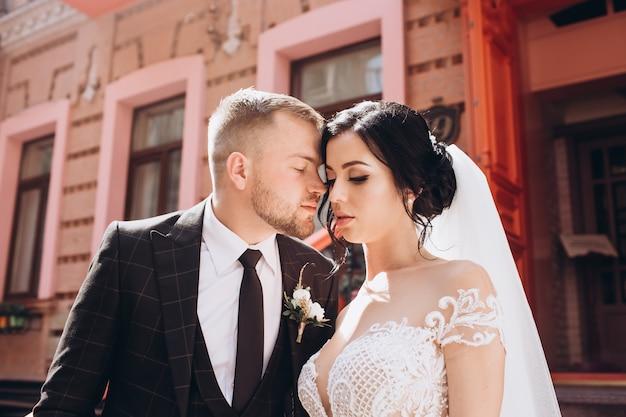 Элегантная пара гуляет на закате, история любви, портрет жениха и невесты в день свадьбы