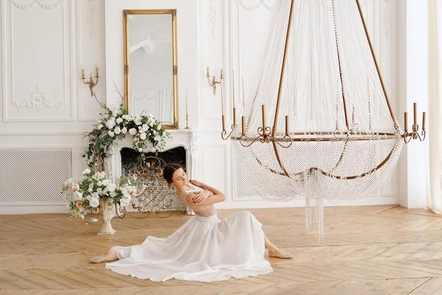 아름다운 클래식 홀 댄스에 흰 드레스를 입은 우아한 댄서