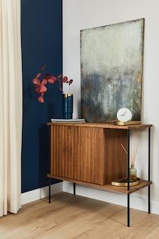 木製のサイドボード、絵画、スタイリッシュなパーソナルアクセサリーを備えたモダンなグラマーインテリアデザインのエレガントなディテール。レンプレート。
